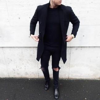 Cómo combinar: botines chelsea de cuero negros, vaqueros desgastados negros, jersey con cuello circular azul marino, abrigo largo negro
