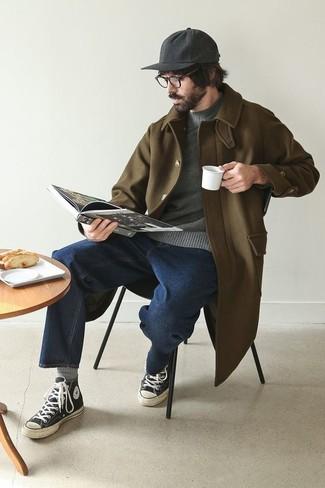 Combinar un abrigo largo verde oliva: Elige un abrigo largo verde oliva y unos vaqueros azul marino para crear un estilo informal elegante. Mezcle diferentes estilos con zapatillas altas de lona en negro y blanco.