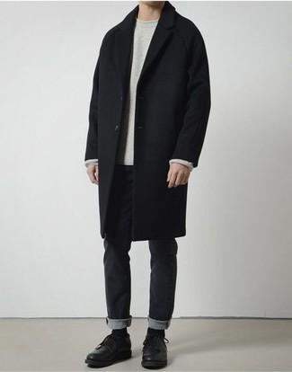 Combinar unos vaqueros negros: Considera emparejar un abrigo largo negro con unos vaqueros negros para crear un estilo informal elegante. Con el calzado, sé más clásico y completa tu atuendo con zapatos derby de cuero negros.