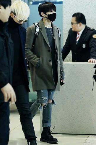 Outfits hombres en clima frío: Elige un abrigo largo verde oscuro y unos vaqueros desgastados azules para una vestimenta cómoda que queda muy bien junta. Con el calzado, sé más clásico y elige un par de botas casual de cuero negras.