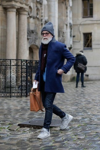 Combinar una bufanda burdeos: Para un atuendo tan cómodo como tu sillón haz de un abrigo largo azul marino y una bufanda burdeos tu atuendo. Deportivas grises añadirán interés a un estilo clásico.