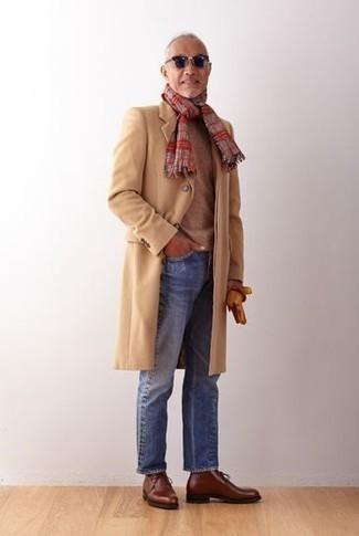 Combinar una bufanda de tartán roja: Un abrigo largo marrón claro y una bufanda de tartán roja son una opción inmejorable para el fin de semana. Con el calzado, sé más clásico y completa tu atuendo con botas safari de cuero marrónes.