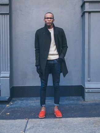 Combinar un abrigo largo verde oscuro: Si buscas un estilo adecuado y a la moda, elige un abrigo largo verde oscuro y unos vaqueros azul marino. Completa tu atuendo con mocasín de ante naranja para mostrar tu inteligencia sartorial.