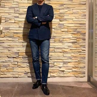 Cómo combinar: mocasín con borlas de cuero negro, vaqueros azul marino, jersey con cuello circular azul marino, blazer cruzado azul marino