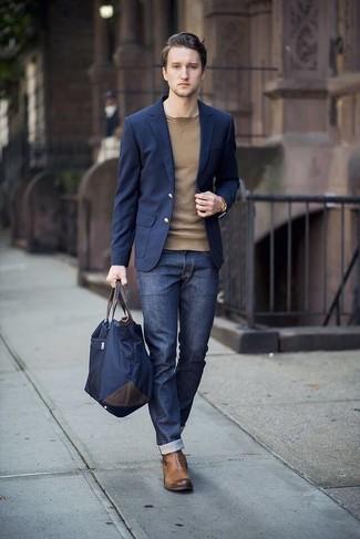 Cómo combinar: botines chelsea de cuero marrónes, vaqueros azul marino, jersey con cuello circular marrón claro, blazer azul marino