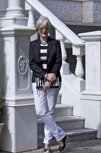 Cómo combinar: sandalias con cuña de elástico negras, vaqueros blancos, jersey con cuello circular de rayas horizontales en blanco y negro, blazer negro