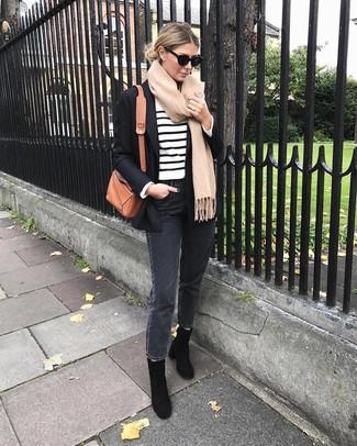 Look de moda: Botines de ante negros, Vaqueros en gris oscuro, Jersey con cuello circular de rayas horizontales en blanco y negro, Blazer negro