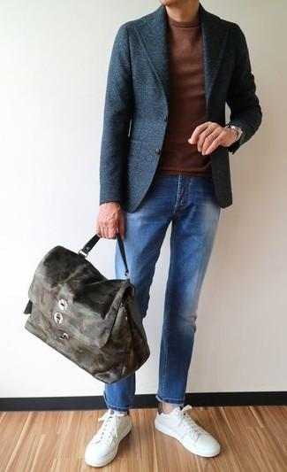 Cómo combinar: tenis de cuero blancos, vaqueros azules, jersey con cuello circular marrón, blazer de lana en gris oscuro