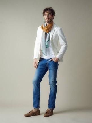 Cómo combinar: mocasín con borlas de ante marrón, vaqueros azules, jersey con cuello circular blanco, blazer blanco