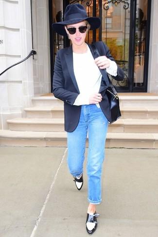 Cómo combinar: zapatos con doble hebilla de cuero en negro y blanco, vaqueros azules, jersey con cuello circular blanco, blazer negro