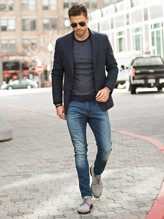 Combinar un blazer negro: Si buscas un look en tendencia pero clásico, ponte un blazer negro y unos vaqueros azul marino. Con el calzado, sé más clásico y complementa tu atuendo con zapatos derby de ante grises.