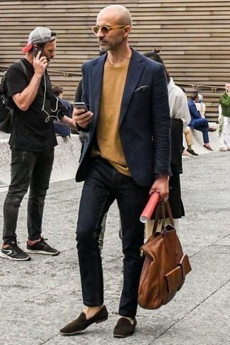 Combinar unas gafas de sol marrón claro: Emparejar un blazer azul marino con unas gafas de sol marrón claro es una opción perfecta para el fin de semana. ¿Te sientes ingenioso? Dale el toque final a tu atuendo con mocasín de ante en marrón oscuro.
