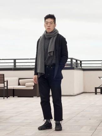 Combinar unas deportivas negras: Considera emparejar un blazer de lana en gris oscuro junto a unos vaqueros negros para crear un estilo informal elegante. Deportivas negras contrastarán muy bien con el resto del conjunto.