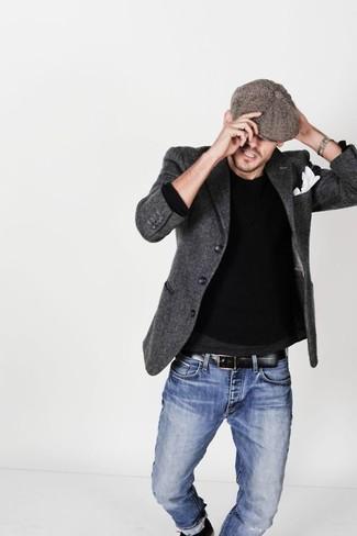 Cómo combinar: gorra inglesa marrón, vaqueros azules, jersey con cuello circular negro, blazer de lana en gris oscuro