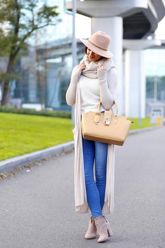 Cómo combinar: botines de ante en beige, vaqueros azules, jersey con cuello circular blanco, cárdigan abierto en beige