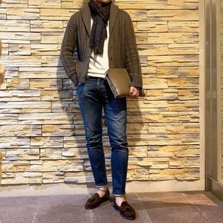 Cómo combinar: mocasín con borlas de ante en marrón oscuro, vaqueros azul marino, jersey con cuello circular blanco, cárdigan con cuello chal verde oliva