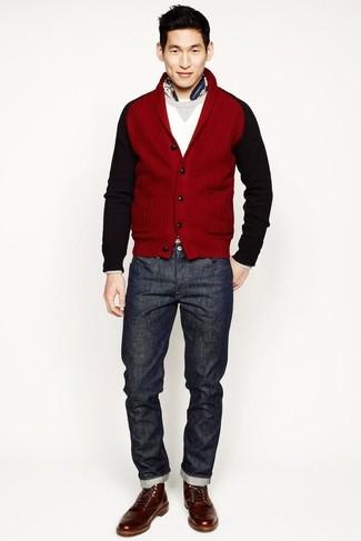 Cómo combinar: botas casual de cuero marrónes, vaqueros en gris oscuro, jersey con cuello circular blanco, cárdigan con cuello chal rojo
