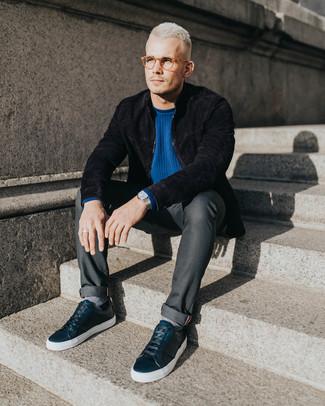 Cómo combinar: tenis de cuero negros, vaqueros en gris oscuro, jersey con cuello circular azul, cazadora de aviador de ante negra