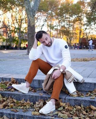 Cómo combinar: tenis de lona en beige, vaqueros de pana en tabaco, jersey con cuello circular blanco, cazadora de aviador en blanco y marrón