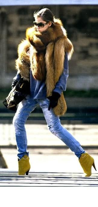 Cómo combinar: botines de ante mostaza, vaqueros desgastados azules, jersey con cuello circular azul, chaleco de pelo marrón