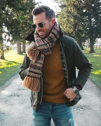 Cómo combinar: bufanda de grecas alpinos marrón, vaqueros desgastados azules, jersey con cuello circular en tabaco, chaqueta con cuello y botones verde oscuro