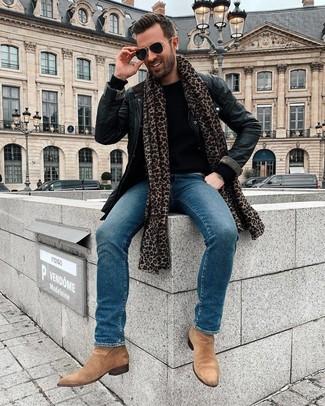 Cómo combinar: botines chelsea de ante marrón claro, vaqueros azules, jersey con cuello circular negro, chaqueta con cuello y botones de cuero negra