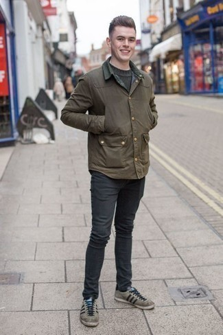 Combinar un jersey con cuello circular verde oscuro: Considera ponerse un jersey con cuello circular verde oscuro y unos vaqueros en gris oscuro para lidiar sin esfuerzo con lo que sea que te traiga el día. Tenis de ante grises son una opción excelente para complementar tu atuendo.