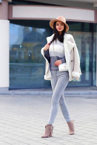 Cómo combinar: botines de ante en beige, vaqueros grises, jersey con cuello circular ombre gris, chaqueta de piel de oveja en beige