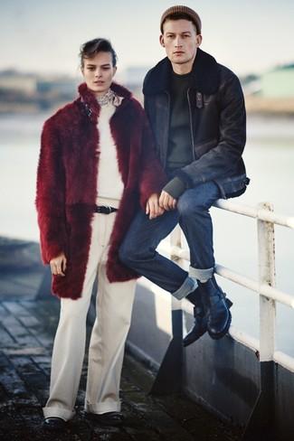 Cómo combinar: botas casual de cuero negras, vaqueros azul marino, jersey con cuello circular negro, chaqueta de piel de oveja negra