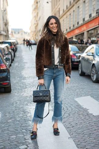 Cómo combinar: mocasín de cuero negros, vaqueros сon flecos azules, jersey con cuello circular blanco, chaqueta de piel marrón