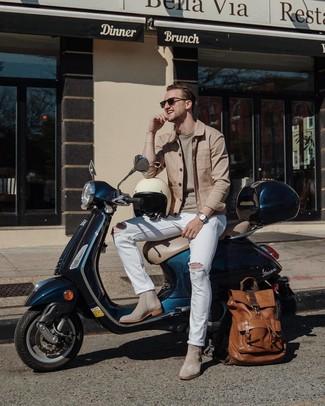 Cómo combinar: botines chelsea de ante grises, vaqueros desgastados blancos, jersey con cuello circular en beige, chaqueta estilo camisa marrón claro