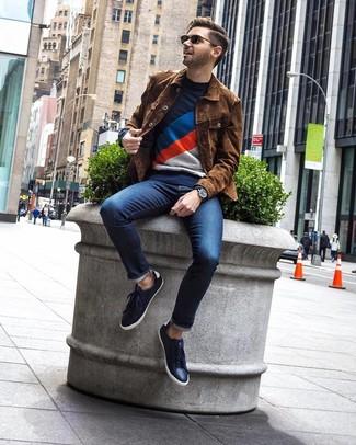 Combinar una chaqueta estilo camisa de ante marrón: Considera ponerse una chaqueta estilo camisa de ante marrón y unos vaqueros azul marino para una vestimenta cómoda que queda muy bien junta. Haz este look más informal con tenis de cuero azul marino.