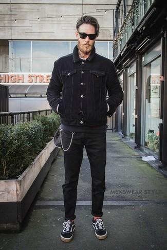 Combinar un jersey con cuello circular en gris oscuro: Haz de un jersey con cuello circular en gris oscuro y unos vaqueros negros tu atuendo para un look diario sin parecer demasiado arreglada. Tenis de lona en negro y blanco son una opción excelente para complementar tu atuendo.