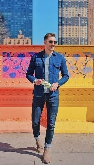 Combinar unos botines chelsea de ante marrón claro: Haz de una chaqueta estilo camisa azul y unos vaqueros azul marino tu atuendo para una apariencia fácil de vestir para todos los días. Con el calzado, sé más clásico y opta por un par de botines chelsea de ante marrón claro.