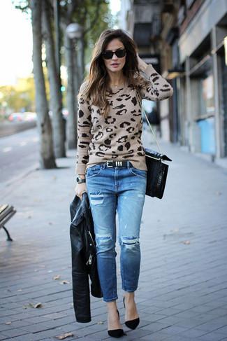 Cómo combinar: zapatos de tacón de ante negros, vaqueros desgastados azules, jersey con cuello circular de leopardo en beige, chaqueta motera de cuero negra