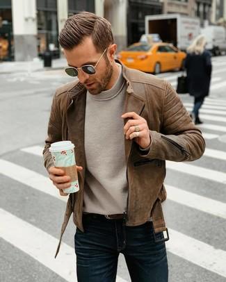 Cómo combinar: correa de cuero en marrón oscuro, vaqueros azul marino, jersey con cuello circular gris, chaqueta motera de cuero marrón