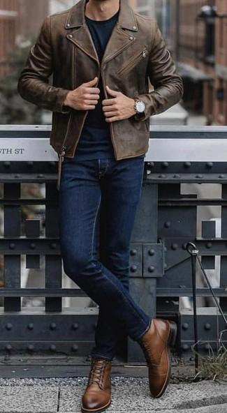 Cómo combinar: botas casual de cuero marrónes, vaqueros azul marino, jersey con cuello circular verde oscuro, chaqueta motera de cuero en marrón oscuro