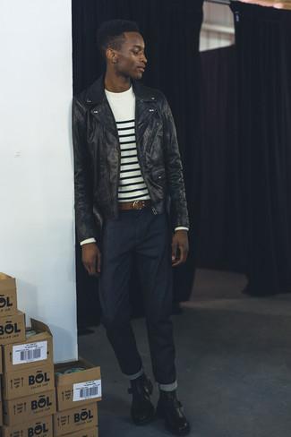 Cómo combinar: botines chelsea de cuero negros, vaqueros azul marino, jersey con cuello circular de rayas horizontales en blanco y negro, chaqueta motera de cuero negra