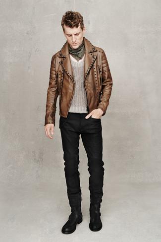 Cómo combinar: botas casual de ante negras, vaqueros negros, jersey con cuello circular gris, chaqueta motera de cuero marrón