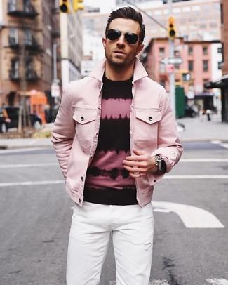 Cómo combinar: gafas de sol negras, vaqueros blancos, jersey con cuello circular efecto teñido anudado en rosa y negro, chaqueta vaquera rosada