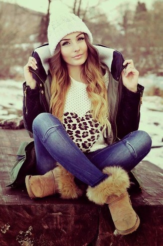 Cómo combinar: botas ugg marrón claro, vaqueros azules, jersey con cuello circular de leopardo blanco, parka verde oliva