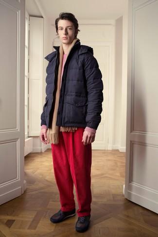 Cómo combinar: tenis en marrón oscuro, vaqueros de pana rojos, jersey con cuello circular rosa, plumífero azul marino