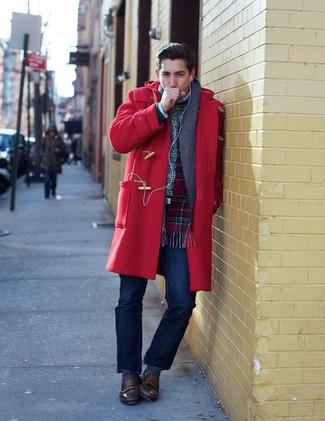 Cómo combinar: mocasín de cuero marrón, vaqueros azul marino, jersey con cuello circular blanco, trenca roja
