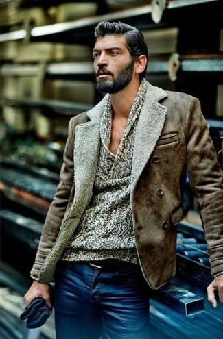 Cómo combinar: correa de cuero negra, vaqueros azules, jersey con cuello vuelto holgado gris, chaqueta de piel de oveja marrón