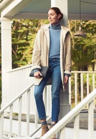 Cómo combinar: botines de ante marrón claro, vaqueros azules, jersey de cuello alto celeste, abrigo de piel de oveja en beige