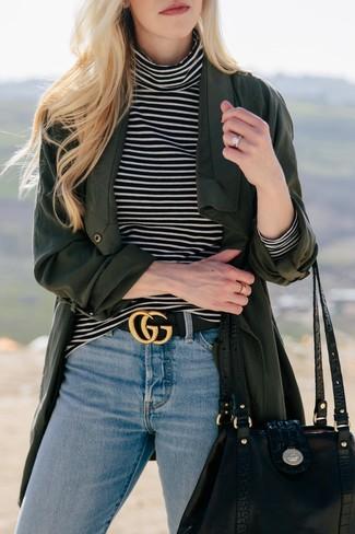 Cómo combinar: bolsa tote de cuero negra, vaqueros celestes, jersey de cuello alto de rayas horizontales en negro y blanco, abrigo duster verde oscuro