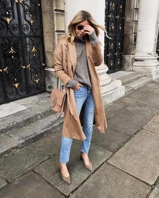 Cómo combinar: zapatos de tacón de ante marrónes, vaqueros celestes, jersey de cuello alto de lana gris, abrigo marrón claro
