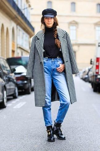 Cómo combinar: botines de cuero con recorte negros, vaqueros azules, jersey de cuello alto negro, abrigo de pata de gallo en blanco y negro