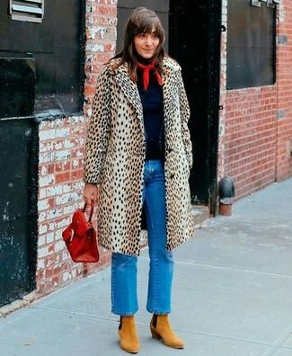 Cómo combinar: botines de ante marrón claro, vaqueros azules, jersey de cuello alto azul marino, abrigo de leopardo en beige