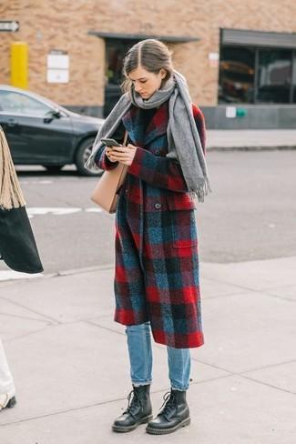 Cómo combinar: botas planas con cordones de cuero negras, vaqueros celestes, jersey de cuello alto negro, abrigo de tartán en rojo y azul marino